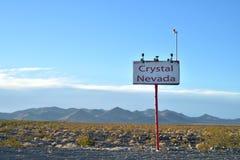 为水晶内华达的镇沙漠lanscape的签字 库存照片