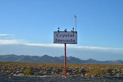 为水晶内华达的镇沙漠lanscape的签字 免版税库存照片