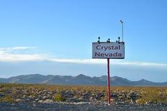 为水晶内华达的镇沙漠lanscape的签字 免版税库存图片