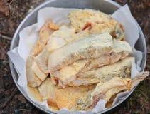 为油煎玉米粉报道的鱼片切片做准备 图库摄影