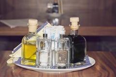 为油醋盐胡椒和牙签设置在餐馆 库存图片