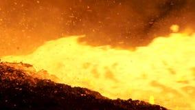 为流动从鼓风炉在冶金植物,重工业概念的液体金属关闭  倾吐溶解 股票视频