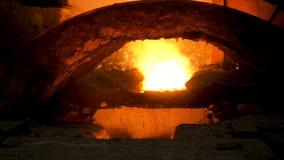 为涌入滑道,重工业概念的鼓风炉和热的溶解的钢关闭  E 免版税图库摄影
