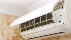 为清洗打开的空调器单位 免版税库存照片