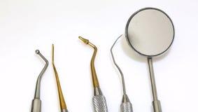 为清洗牙和检查龋的五个牙齿工具 免版税图库摄影