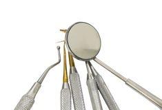 为清洗牙和检查龋的许多牙齿工具 库存照片