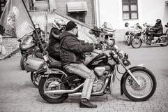 为游行做准备以纪念开始季节骑自行车的人的黑白照片  免版税库存图片