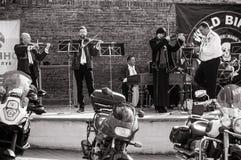 为游行做准备以纪念开始季节骑自行车的人的黑白照片  免版税库存照片