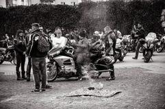 为游行做准备以纪念开始季节骑自行车的人的黑白照片  库存图片