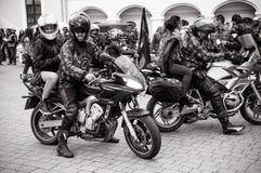 为游行做准备以纪念开始季节骑自行车的人的黑白照片  图库摄影