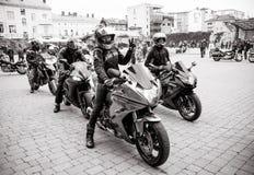 为游行做准备以纪念开始季节骑自行车的人的黑白照片  库存照片
