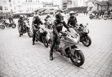 为游行做准备以纪念开始季节骑自行车的人的黑白照片  免版税图库摄影