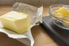 为烘烤按量配给的黄油 库存图片