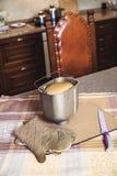 为烘烤的面包、刀子和厨房手套形成 免版税库存图片