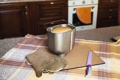 为烘烤的面包、刀子和厨房手套形成 免版税库存照片