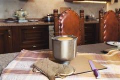 为烘烤的面包、刀子和手套形成在现代厨房里 库存照片