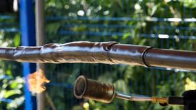为热缆绳隔离的保护的抽缩管材关闭  框架 由热架线保护和隔离 库存图片