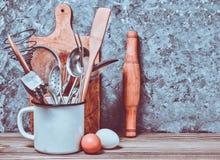 为烹调的厨房工具在一张木桌上 库存图片
