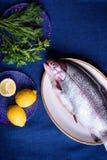 为烹调被准备好的整个鱼 海鳟或三文鱼 免版税图库摄影