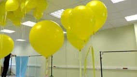 为照片vido射击做准备 有气球的设计演播室 股票录像