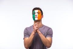 为爱尔兰共和国祈祷 爱尔兰人足球迷为比赛爱尔兰共和国祈祷 库存图片