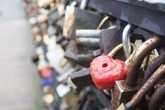 为爱挂锁有心脏的闭合的红色挂锁 免版税库存照片