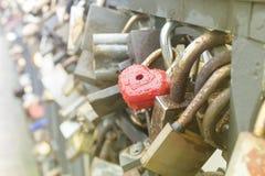 为爱挂锁有心脏的闭合的红色挂锁 免版税图库摄影
