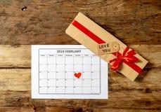 为爱的圣徒情人节概念性图象准备您礼物和2月2019日历 库存照片