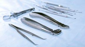 为牙医的医疗仪器在蓝色桌上 免版税库存照片