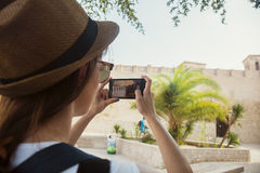 为狮子照相的年轻旅游妇女在Deira 免版税库存图片