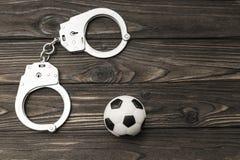 为的体育迷拘留违犯公众扣上手铐 库存图片