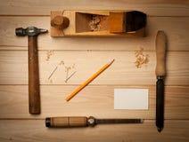 为的老木匠的工具与木头一起使用 库存图片