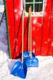 为积雪的清除的工具在保加利亚语波摩莱,冬天 库存图片