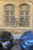 为窗口锁的自行车 免版税库存照片