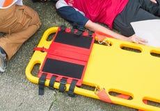 为紧急医务人员服务伤害和患者伤害的担架黄色用在紧急抢救情况的医疗设备 库存照片