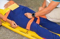 为紧急医务人员服务伤害和患者伤害的担架黄色用在紧急抢救情况的医疗设备 图库摄影