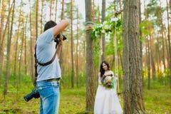 为绳索摇摆的摄影师新娘照相 库存照片