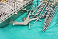 为胸口手术的外科器械 免版税库存照片