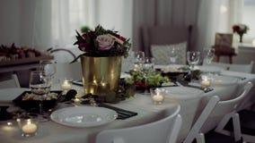 为膳食布置的表户内在党、婚礼或者家庭庆祝的一间屋子里 股票录像