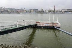 为船和小船停泊在河多瑙河的秋天天 布达佩斯 免版税图库摄影