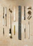 为艺术和工艺平的位置的工具木表面上 图库摄影