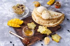 为薄煎饼做准备用茶和蜂蜜 免版税库存照片