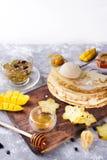为薄煎饼做准备用茶和蜂蜜 免版税库存图片