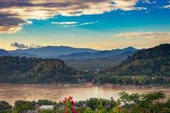 为观点环境美化在日落在琅勃拉邦,老挝 库存图片