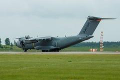 为起飞军事运输航空器空中客车A400M地图集做准备 图库摄影