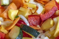 为进一步处理切开和混合的未加工的新鲜蔬菜 库存照片