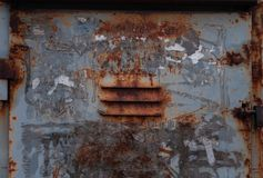 为透气铁箱子特写镜头剥皮的与灰色油漆和老生锈 库存图片