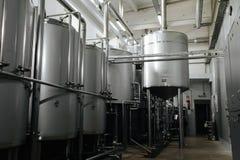 为酒产品的现代啤酒厂和设备机械工具 免版税库存图片