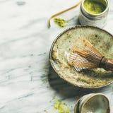 为酿造matcha茶,大理石背景,方形的庄稼的日本工具 库存图片