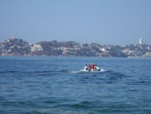 为钓鱼使用的汽船,太平洋旅游游览海湾在阿卡普尔科在墨西哥,海湾风景 图库摄影